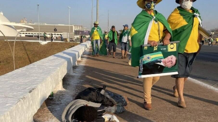 Foto de bolsonaristas ao lado de morador em situação de rua em Brasília viraliza