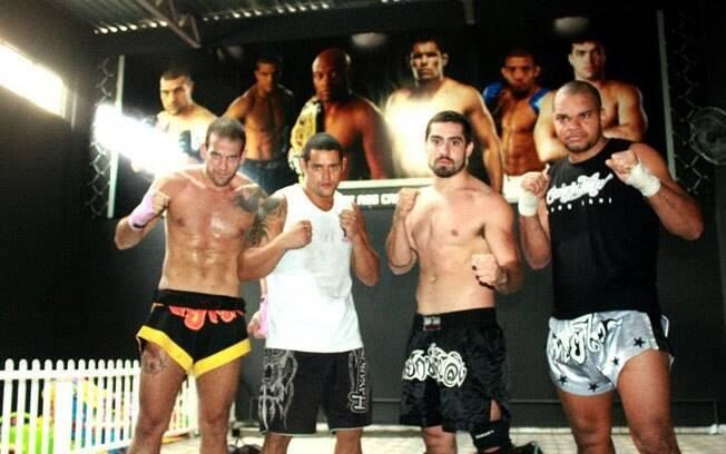 Yuri Fernandes no centro, ao lado dos colegas de Muay Thai