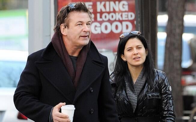 26 ANOS: Alec Baldwin (55 anos) e Hilaria Thomas (29 anos). Foto: SplashNews