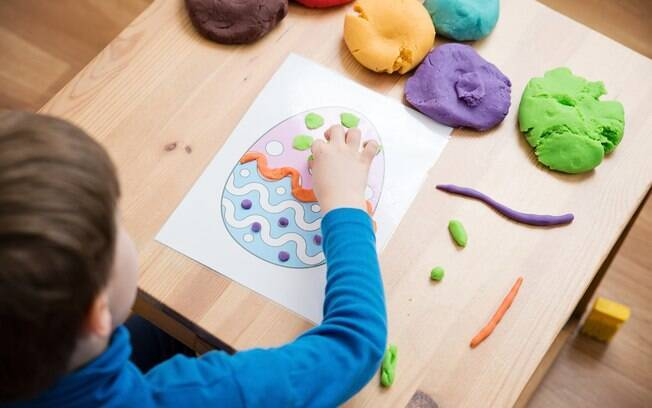 criança pintando desenho de ovo de páscoa