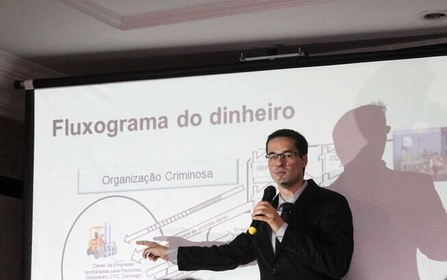 Procurador Deltan Dallagnol explica como era feita esquema de propina na Petrobras, em coletiva realiazada em Curitiba (PR), no dia 11 de dezembro. Foto: Futura Press