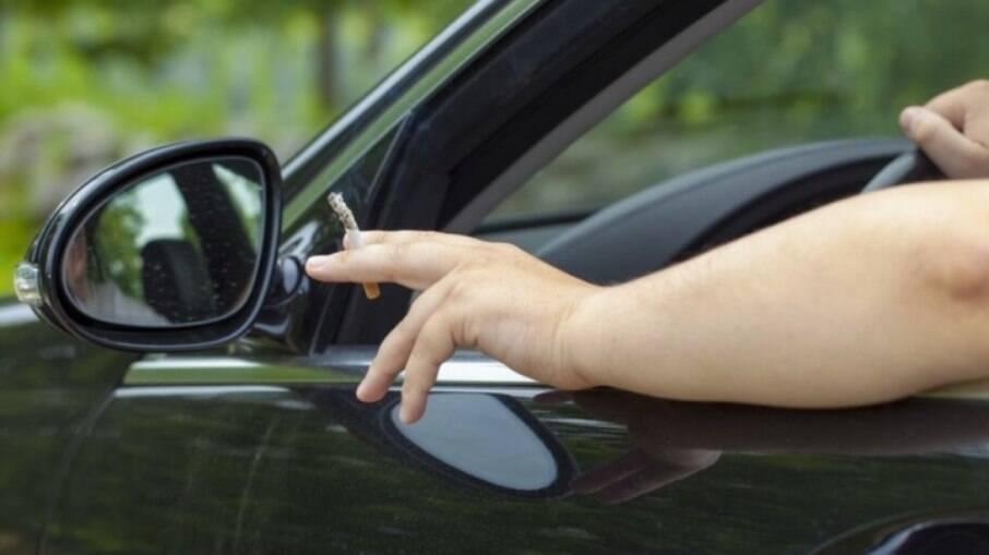 Assim como fumar, jogar bituca de cigarro na rua enquanto dirige pode levar à multa de  R$ 130,16