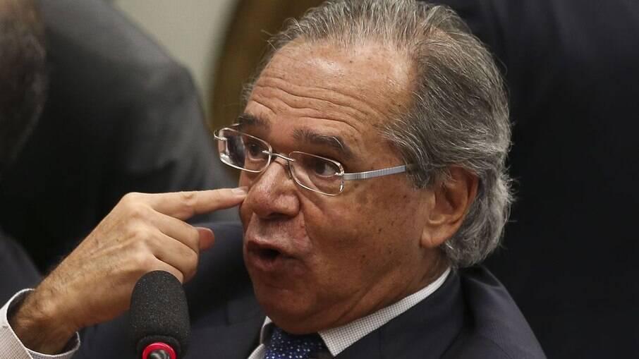 Guedes sugere vender ações da Petrobras para dar dinheiro aos
