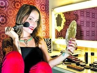 Afeto: O lugar predileto da Thaís é seu estúdio de maquiagem. A penteadeira é feita com uma antiga porta e ganhou espelho com luzes de camarim para deixar o ambiente ainda mais charmoso