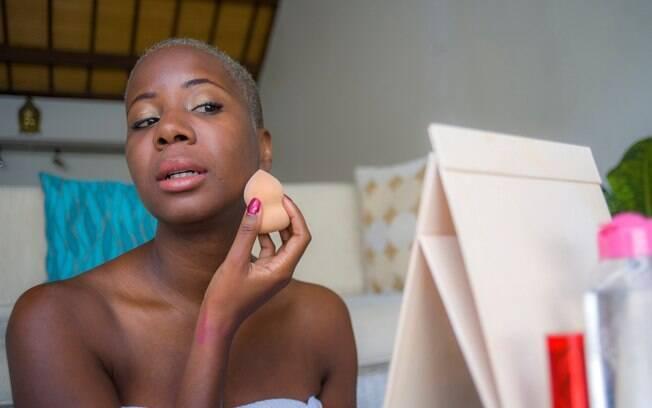 Os truques de maquiagem sempre são úteis naquelas horas que não temos muito tempo e queremos arrasar no visual