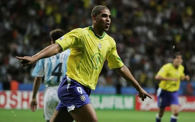 Adriano comemora gol para o Brasil na final  da Copa das Confederações contra a Argentina, em  2005