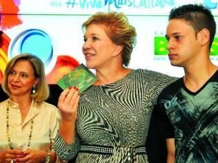 Acesso. A empreendedora Angela Gutierrez acompanha a entrega simbólica de Vale-Cultura pela ministra Marta Suplicy a funcionário
