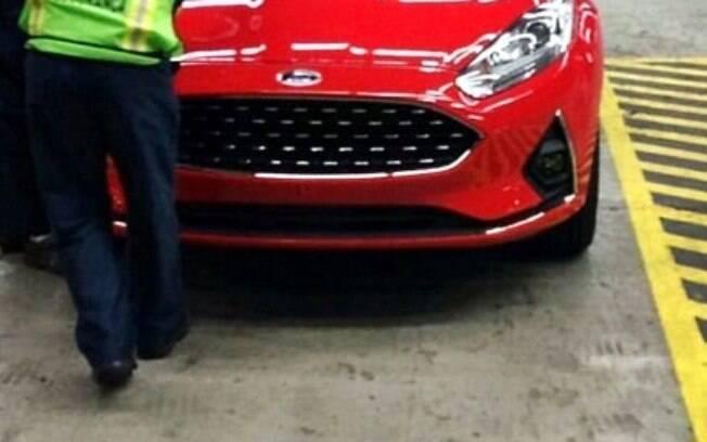 Versão renovada do Ford Fiesta é vista sem disfarces. E a imagem acaba vazando na internet antes da apresentação do carro