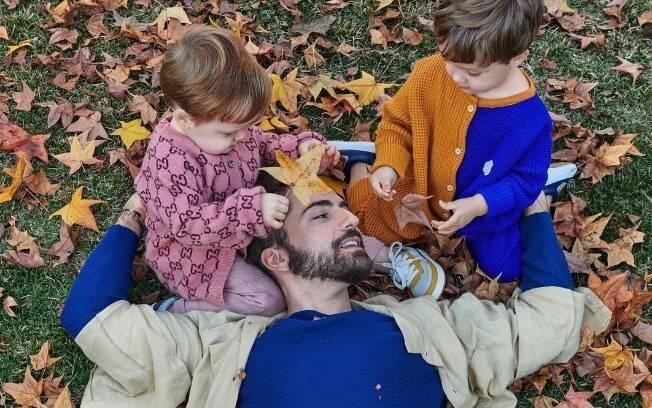 Thales Bretas posta foto com os filhos e homenageia Paulo Gustavo