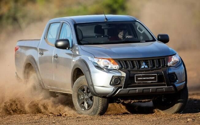 Mitsubishi L200 Outdoor com apelo fora-de-estrada vem com rodas pintadas de preto e proteções nas abas dos para-lamas