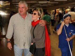 A apresentadora atende um fã no aeroporto