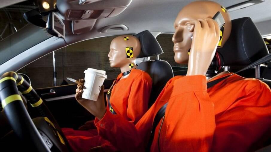O homem vai ao volante, enquanto a mulher é a passageira. Em todos os testes do Latin NCAP, o homem dirige