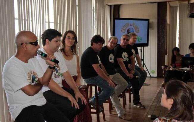Claudio Manoel fala durante a entrevista coletiva. A seu lado, Gustavo Mendes