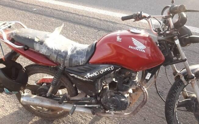 Motociclista invade a contramão na Santos Dumont e bate em carro