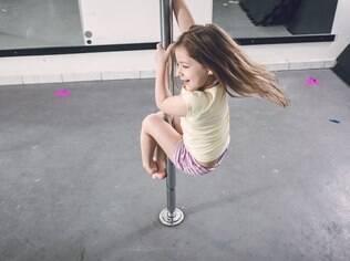 Lara começou a fazer pole kids depois que a mãe instalou uma barra profissional em casa