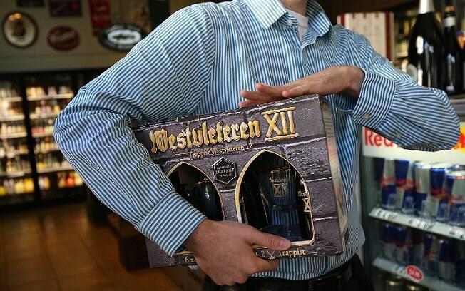 Consumidor compra Westvleteren 12 nos EUA. Em 2012, número limitado de garrafas da cerveja foi exportado