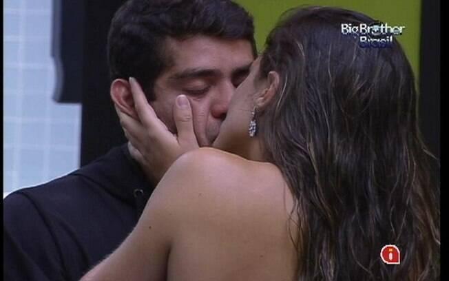Laisa e Yuri se beijam e trocam juras de amor