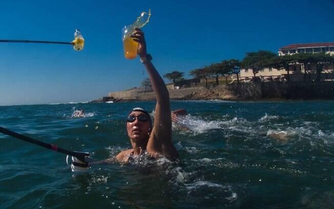 Atletas devem se hidratar durante a maratona aquática