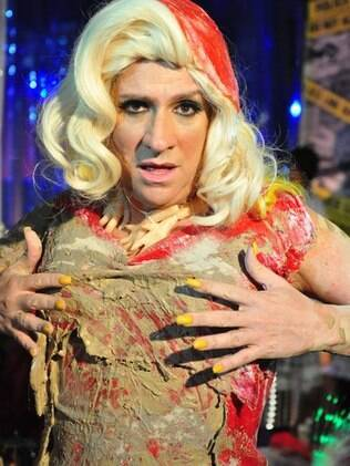 Luis Salém como Ana Girafa, usando o vestido inspirado no célebre look de Gaga