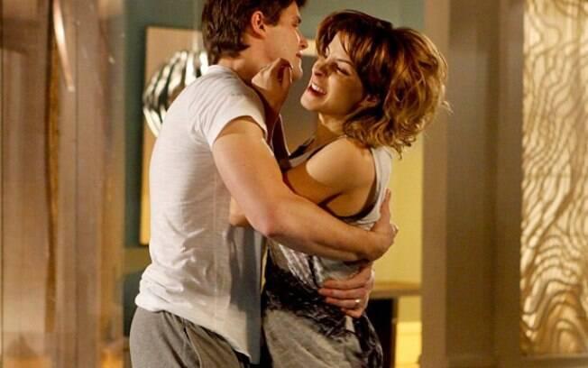 Isadora flagra o beijo do marido com a empreguete