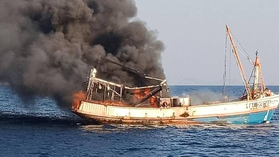 Marinheiro salva quatro gatos de barco em chamas