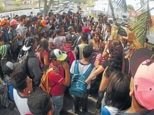 Protesto pacífico reuniu centenas de estudantes na região Central da cidade, na quinta (27)