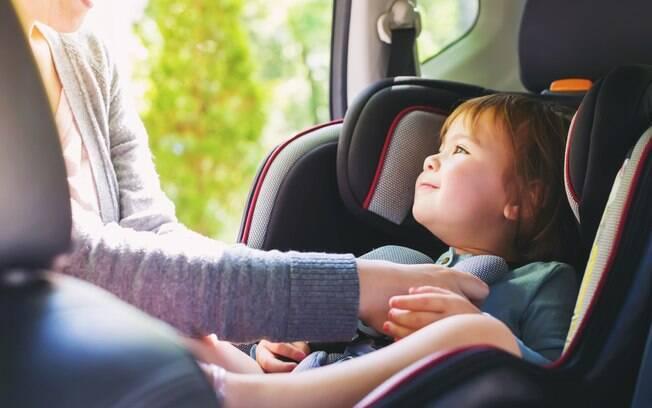 Ao alugar um carro e viajar com crianças, é importante ver a necessidade de uma cadeirinha para manter a segurança