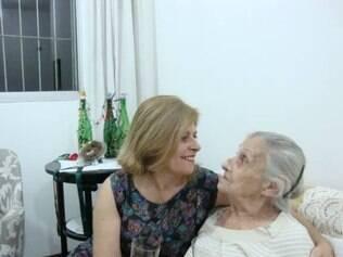 Filha faz sucesso com vídeos em que mostram cotidiano com a mãe que tem Alzheimer