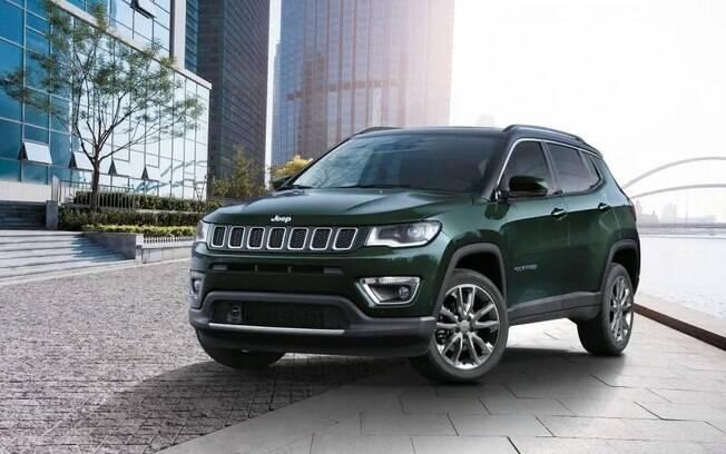 A estética do Jeep Compass apenas adicionou novas opções de rodas e cores para a carroceria, e novidades para os equipamentos no interior