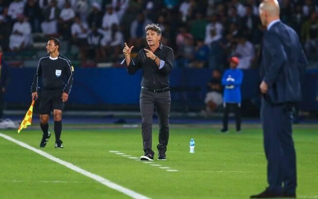 Renato Gaúcho dá orientações ao time do Grêmio na final do Mundial de Clubes contra o Real Madrid