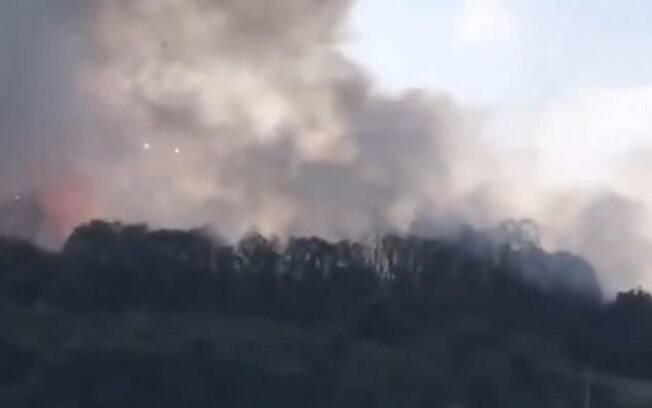 Fumaça das explosões podem ser vistas a quilômetros de distância