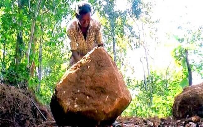 Pai abriu estrada em vilarejo na Índia para filhos frequentarem a escola
