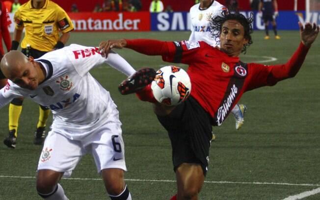 Arce disputa a bola com Fábio Santos