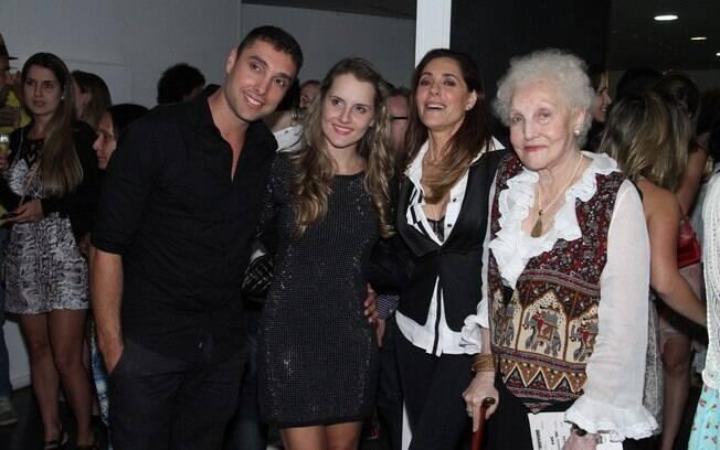 Christiane Torloni ao lado da mãe, do filho, Leonardo Carvalho, e da nora, Keruse Bongiolo