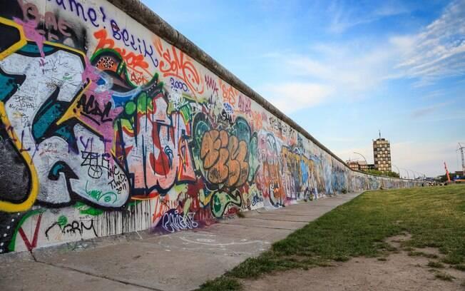Separado de outras partes já construídas do Muro de Berlim (como a da foto), a parede foi encontrada em junho