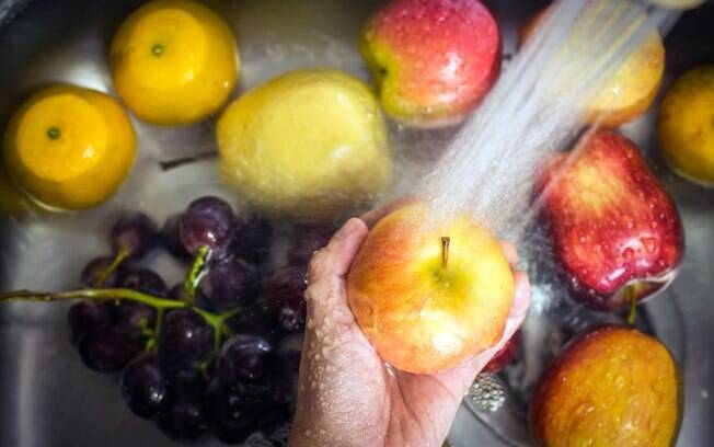 Higienizar embalagens, frutas, legumes e verduras após as compras é fundamental para evitar a contaminação do vírus
