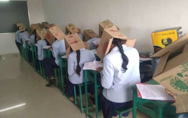 Caixas foram colocadas na cabeça dos alunos
