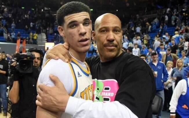 o filho, Lonzo Ball, com o pai, LaVar Ball