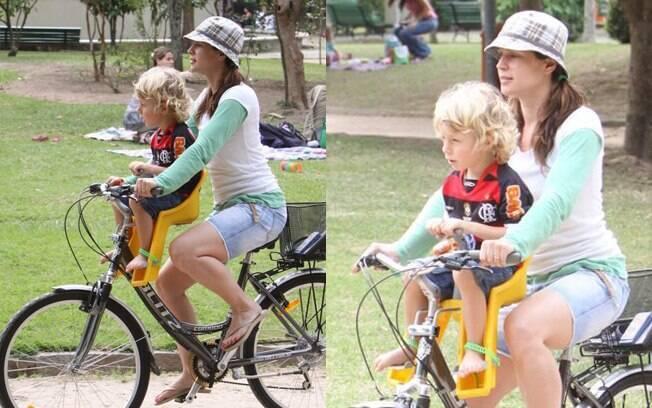 Vanessa Lóes curtiu o sábado (20) ao lado do filho Gael em uma pracinha do Rio