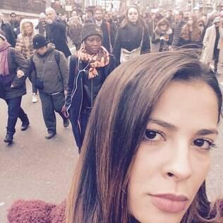 Gyselle Soares participa de marcha contra o terror em Paris