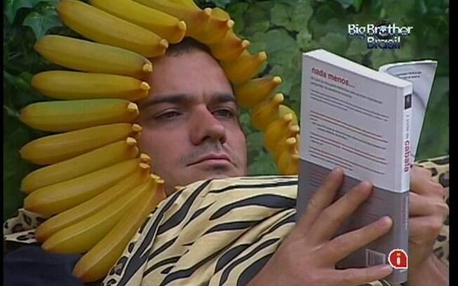 Rafa comenta que dormiu mal e logo volta ao Quarto Selva para ler seu livro