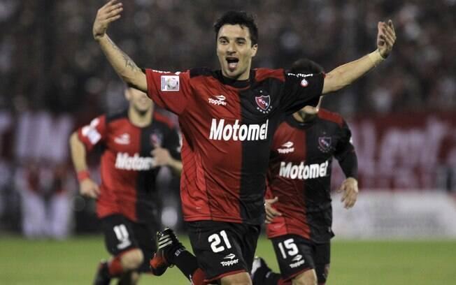Scocco celebra gol de falta, o segundo do  Newell's sobre o Atlético-MG no jogo