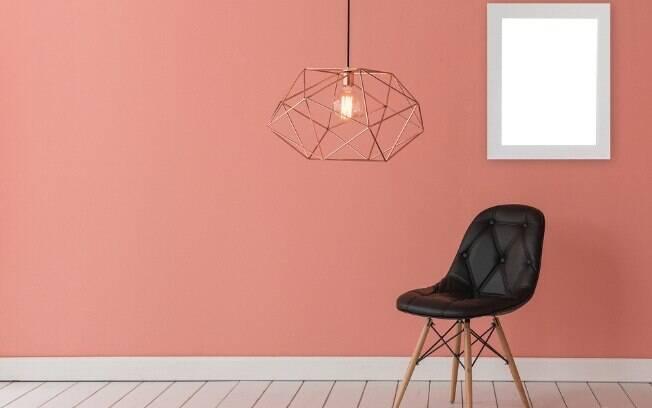 Para transformar a decoração da casa, o morador pode optar por pintas as paredes com uma cor única ou com desenhos