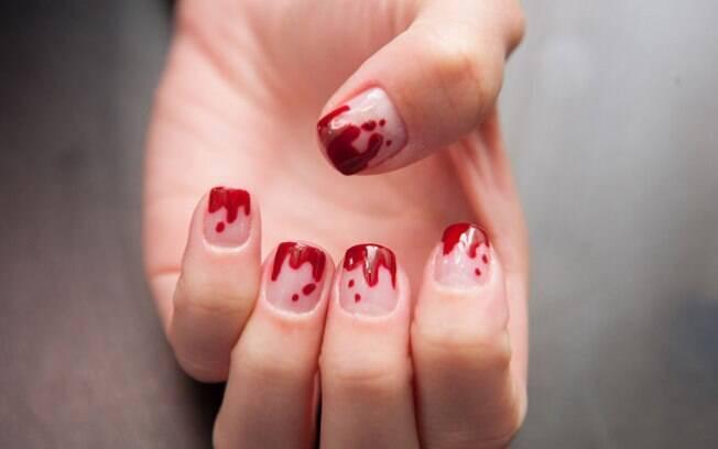 Unhas sangrentas são fáceis de fazer e têm tudo a ver com o Halloween. Clique e veja o passo a passo
