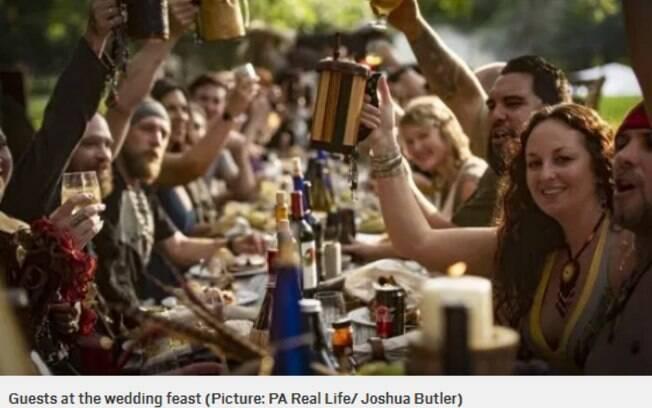 Foto mostra os convidados do casamento com estilo viking, em que os noivos fizeram diversos rituais tradicionais