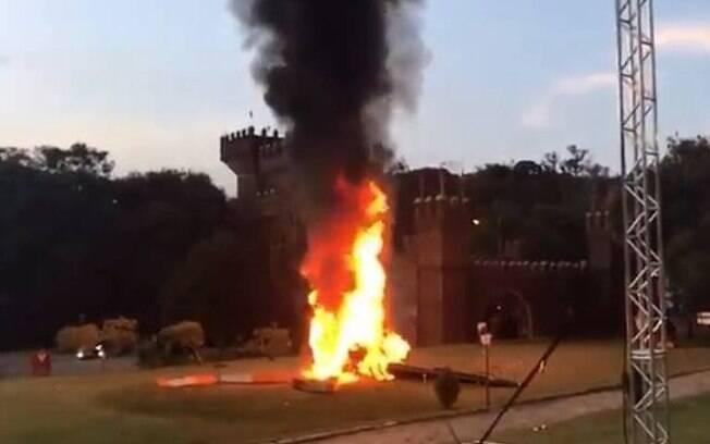 Helicóptero pega fogo e explode logo após ocupantes deixarem a aeronave
