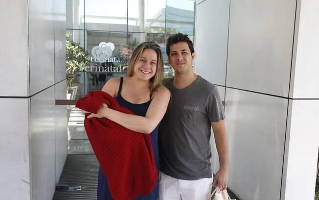 Fernanda Gentil e o ex-marido Matheus Braga saindo da maternidade