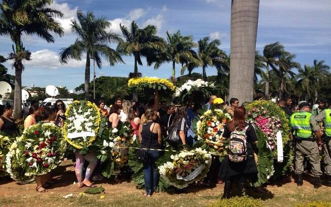 Fãs levam coroas para Cristiano Araújo. Foto: Clenon Ferreira/especial para o iG