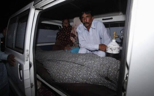 Paquistanesa morre apedrejada pela família após se casar sem permissão - Mundo - iG