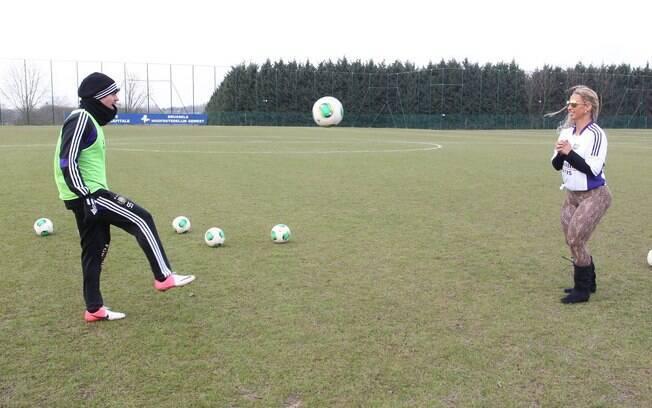 Funkeira ganhou a ajuda de Fernando Matos,  brasileiro que atua no Anderlecht para brincar com  a bola
